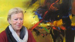 Anne-Marie Delloye-Thoumyre devant l'un des tableaux de Norbert Pagé.